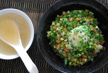 豆板醤やごま油、すりおろしにんにくを混ぜた香ばしい納豆や、温泉卵とお豆腐をごはんに載せたら、最後に熱々の中華スープをかけます。スープを作るのに火を使うのでちょっとだけ手間はかかりますが、それでも簡単にできますのでぜひ試してみてくださいね。お腹もあったまって、これだけで十分満足できそうです。