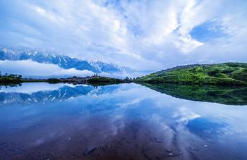 水鏡に映る壮大な山々。晴れればこんな神秘的な景色も期待できそう!