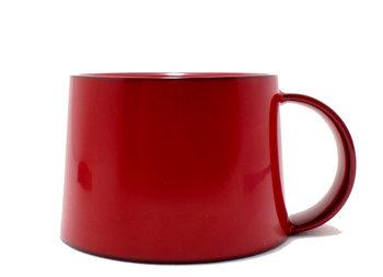 同じく輪島キリモトさんから、こちらはコーヒーカップのご紹介。漆器のコーヒーカップとは珍しいですが、深みと艶のある色合いがとてもおしゃれです。コーヒーや紅茶好きの方に喜んでもらえる事間違いなしのプレゼントです。
