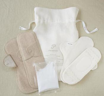 紙ナプキンとは違って、洗って繰り返し使えるのが布ナプキン。コットンやリネンで作られているものが多いので、肌当たりが優しいのが特徴です。