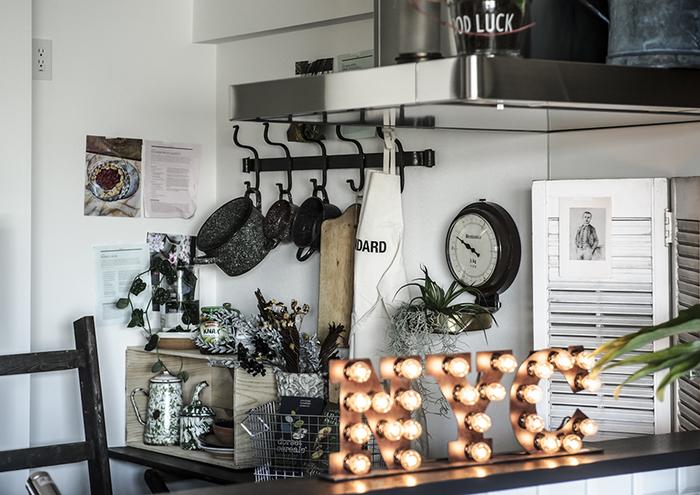 なんておしゃれなキッチン!グリーンの使い方だけでなく、雑貨や小物選びのセンスも素敵ですね。