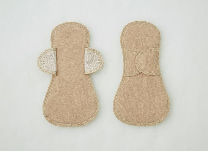 布ナプキンには紙ナプキンと同じように羽なしタイプ、羽つきタイプのものがあります。多い日用の大きいサイズ、軽い日用の小さいサイズに分かれているものもあるのでその日の経血量によって選ぶことができます。 特に多い日には、ショーツからのずれを防止する羽つきタイプや、防水布入りのものを選ぶと安心できそうです。