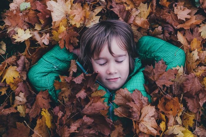 ふわふわの落ち葉に寝転がってみる。とっても単純なことだけれど、普段の生活の中では味わえない落ち葉の感触。柔らかいね、温かかったよ、濡れてて気持ち悪かった!など、親子で同じ体験をする楽しさからいろいろな感性が磨かれるかも知れません。