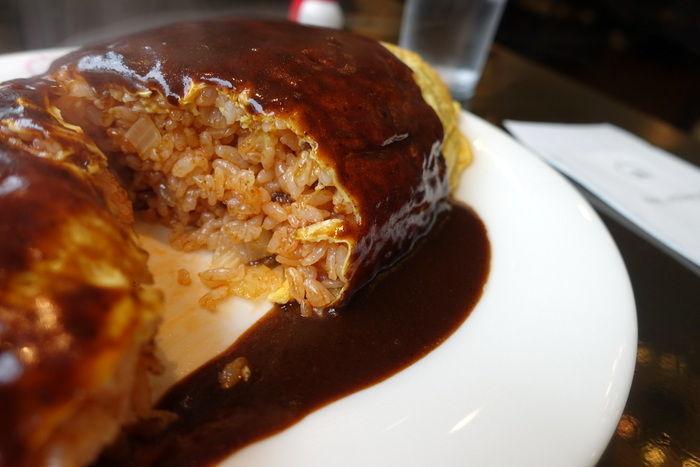 薄焼き卵で綺麗に包まれたオムライスには職人の技が光っています。ドビソースと呼ばれる芳醇な味わいのソースに絡めて食べると、絶品なんです!