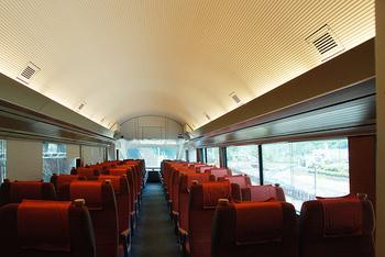 こちらはご紹介したVSE(50000形)の座席。若干座席が窓向き(5度程度)で自然と目線が窓の外を見つめられるようになっていたり、広々とした圧迫感のないドーム型の天井は居心地の良さを引き立てます。外観は新しく美しいVSE(50000形)ですが、従来からの伝統的魅力も引き継いでいます。