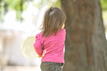 子連れママなら当たり前のアイテムのあるかと思いますが、帽子、着替え一式、お手拭きにもつかえるおしりふきは必須。そして防寒や日よけ等いろいろ使える大きめの布は一枚あると便利です。赤ちゃん連れならサンシェードがあればお昼寝時にも困りません。また走り回るこどもはいつケガをするか分かりませんので絆創膏などを持ち歩くと安心ですね。