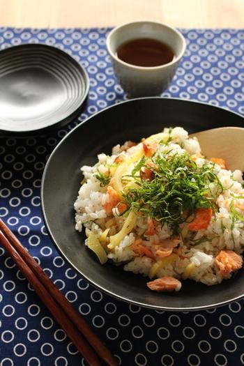 ごはんと相性抜群の焼き鮭とたくあんを混ぜた、鮭とたくわんのちらし寿司。香りのよい大葉をアクセントにして、箸が進む一品です。