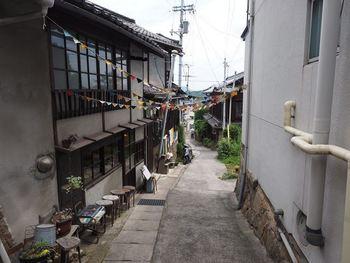坂道を登っていくと、ガーランド(逆三角形の飾り)を発見♪これが見えたら、ネコノテパン工場はすぐそこ。  ※画像は坂の上からの写真。坂を登るとお店は右側にあります。