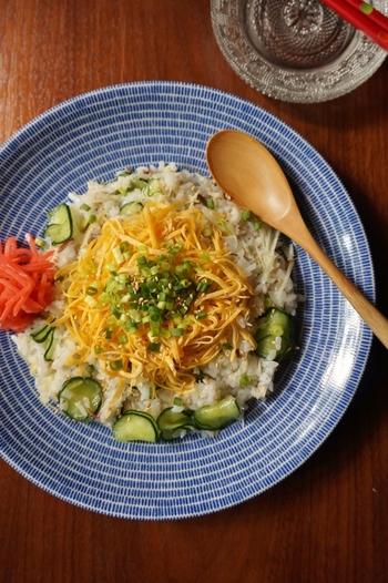 野菜も一緒に摂れる、塩サバとキュウリのさっぱりちらし寿司。キュウリやみょうがをたっぷり加えた酢飯に塩サバをほぐし、薬味も加えた大人な味わいのちらし寿司です。