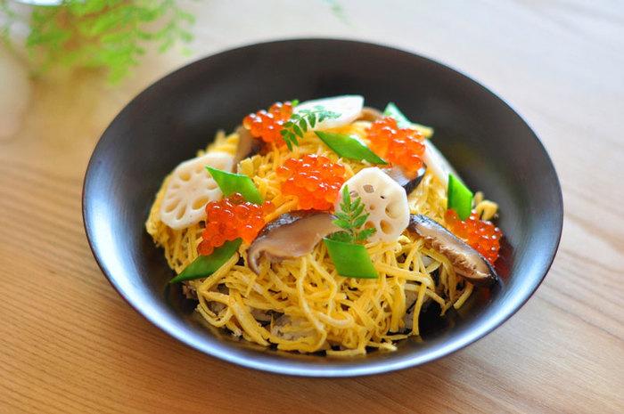色鮮やかな具材たっぷりの、基本のちらし寿司のレシピ。「味付けの基礎となる定番具材」の、椎茸とかんぴょうの煮物、錦糸玉子、酢れんこんなどと、「季節感や豪華さを演出する具材」の、海老やいくら、絹さやや木の芽など季節の食材を組み合わせて丁寧に作る、上品なちらし寿司です。