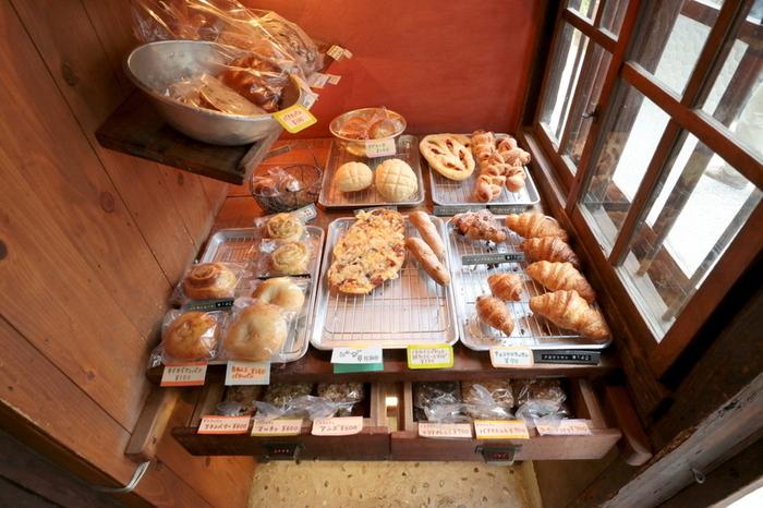 引き戸を開けて店内へ入ると香ばしい焼きたてのパンが待っています。 メロンパン、クロワッサン、シナモンロール、カンパーニュ…迷ってしまいますね♪
