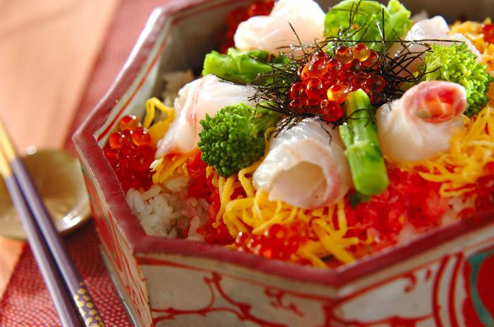 とっても鮮やかな彩りちらし寿司。くるくると巻いたお刺身のたらに菜の花、いくら、錦糸卵と、キラキラしているかのような華やかなお寿司です。