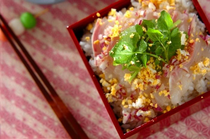 とってもおしゃれな、鯛のミモザ風ちらし寿司。酢飯に鯛を並べてクレソンをのせ、白ワインビネガーや黒こしょうなどの調味料を混ぜてかけ、ゆで卵を散らして完成の、ひなまつりにもぴったりの華やかな一品です。