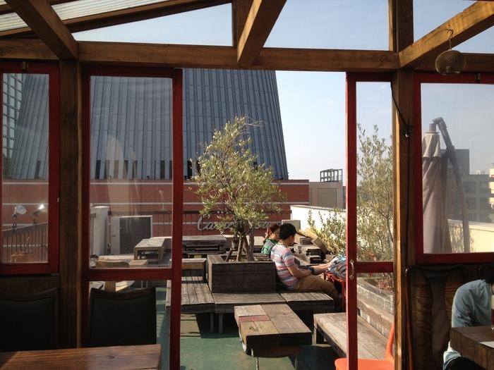 次にご紹介するのは、キャロットタワーの向かいに位置する雑居ビルにある「a-bridge (エーブリッヂ)」。三軒茶屋の街並みを見下ろせる、屋上テラスがオススメな路地裏隠れ家カフェです。