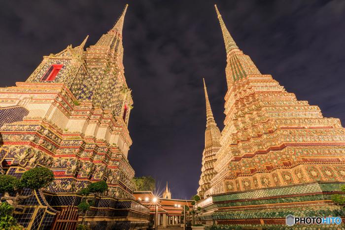 塔も、近くで見るとこんなに精緻な模様が描かれています。  夜に来訪するとまた昼間とは異なった雰囲気が楽しめそうです。