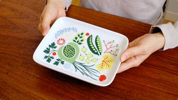 Rorstrand(ロールストランド)Kulinara(クリナラ)の北欧デザインが可愛い陶器のトレイ。色とりどりのポップなイラストが、ティータイムを華やかにしてくれますね。