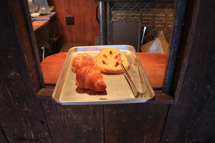 買いたいパンを銀色のトレーにのせたら、小窓へ。 商品の受け渡しや支払いは、ここから行います。