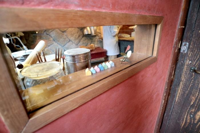 可愛らしい店内♪ パンのほかに、向島の「後藤ラムネ工場」さんが作る、ラムネやミルクセーキなどのジュース類も楽しめますよ。
