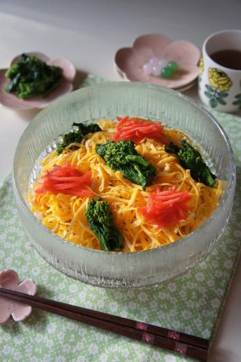 菜の花畑をイメージした、ひなまつりなどにもおすすめの菜の花畑のちらし寿司。油揚げ、人参、椎茸をすし酢などの調味料と混ぜ、優しい味わいに仕上げています♪