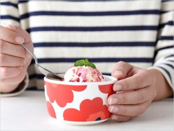 marimekko(マリメッコ)のウニッコ柄のコロンとしたサイズが可愛いボウルです。手のひらにのる小さめサイズは、多様な使い方ができて便利ですよ。ぽかぽか陽気の日には、春らしいベリーのアイスを入れてアイスクリームボウルとして使っても良いですね。