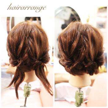 1.まず髪の毛を後ろで二つに分け、ゴムで結びます。 2.その結んだ毛を両方くるりんぱします。 3.その毛先をクルクルまるめてピンで止めてください。 4.毛を少し引き出したりルーズに崩すとかわいいです。