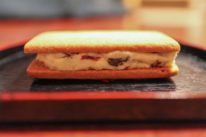 ●マルセイバターサンド 六花亭のロングセラー。北海道のバターとホワイトチョコレートのクリームにレーズンをたっぷり混ぜ込んで、六花亭専用の小麦粉で作りあげたほろほろのビスケットで挟んだ一品。クリームにもビスケットにもこだわりを感じます。