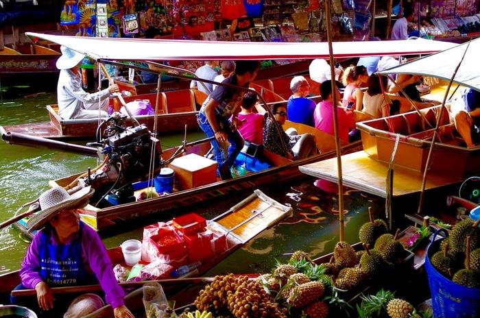 大都会のバンコクを楽しむのもエキサイティングで面白いのですが、 せっかくなら、少し足を伸ばして、タイならではのスポットに行ってみませんか?  おすすめは、「水上マーケット」。  バンコクから少し離れますが、市街地から車で1時間ほどの場所にある、アンパワー川での「アンパワー水上マーケット」がおすすめです。  他にも水上マーケットは郊外にいくつかあるのですが、アンパワー水上マーケットが一番地元色があって楽しい!という方多数です。  営業は、毎週金・土・日曜日で、15:00~21:00の間にアクセスが可能です。  マーケットの他にも、ボートで楽しむ寺院ツアーもありますので、時間に余裕があればぜひ参加してみたいですね。