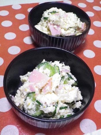 おからは、煮物以外にも利用法がいろいろ。こちらはサラダ。おからを軽く洗って絞り、乾煎りしてから使います。野菜サラダにしっとりした食感が加わるのも楽しいですね。