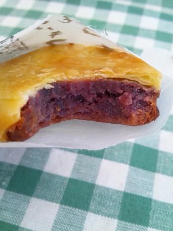 パイ生地の間に餡とクリームチーズが挟まっているお菓子。沖縄らしい「紅芋」のほか、沖縄本島北部でとれた柑橘類「たんかん」風味のもの、伊計島でとれる芋を使った「黄金芋」の3種類が。 ターミナルビル2Fの南ウイング側、「ブルースカイ」の出発ロビー1号店で6個入りと12個入りを販売しています。 ※写真は「紅芋ケーキ」