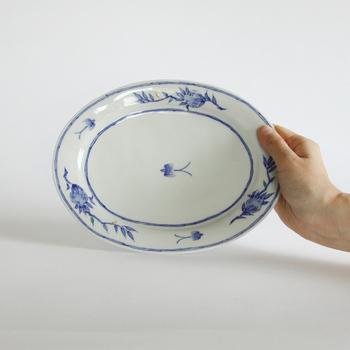 中央に描かれた一羽の小さなつばめが愛らしく、涼しげな青の絵付けが美しい「つばめ皿」。