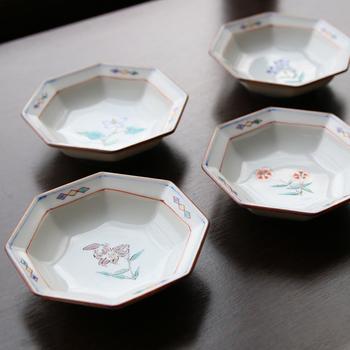 八角形がモダンな印象をかもし出す「八角花紋小皿」。ひなげし、ドクダミ、くろゆり、ナデシコ、ききょうといった、日本の四季を彩る5種の花々が描かれた豆皿のセットです。