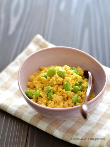 炒り卵におからをプラスすると、いつもとは違った味わいに。ヘルシー度もアップします。枝豆を入れて、彩りも美しく。朝食におすすめの優しいメニューです。