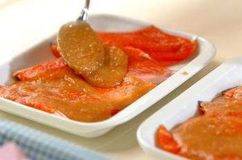 食べきれないお肉や魚には、味噌をみりんや酒でのばしたものを塗り、ラップに包んで冷蔵すればもちが良くなります。もちろん冷凍も可。ラップに包んでから冷凍しておき、食べる時は味噌をぬぐってグリルするだけ!