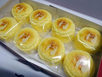 """函館の人気洋菓子店・ペイストリースナッフルスのキャッチケーキ「チーズオムレット」。""""スプーンやフォークを待ち切れず、思わず手づかみで食べてしまう""""。そんなお菓子をお届けしたいという思いを込めて、「キャッチケーキ」と名付けたそう。"""