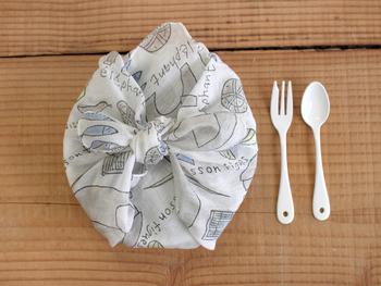 薄手で柔らかな風合いなので、お弁当包みにもピッタリ。日常にすっと溶け込む。そんな飽きのこないシンプルなデザインのハンカチなので、出番も多くなりそうです。