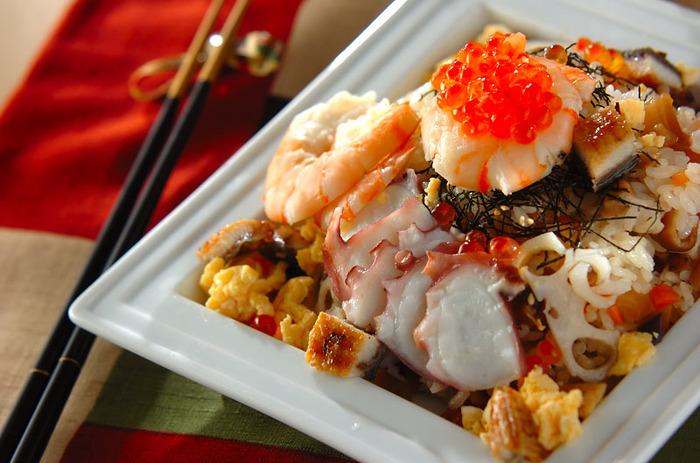 えびやたこ、うなぎにいくらと具だくさんの豪華ちらし寿司。花形れんこんも入って、とっても華やかなお祝いの席にぴったりの一品です。
