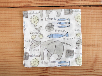 手書きならではのほのぼのとしたタッチが魅力のこちらは、料理スタイリストで、エッセイやデザインなどマルチに活躍している堀井和子さんが手掛けたブロックプリント(木版)のハンカチ。