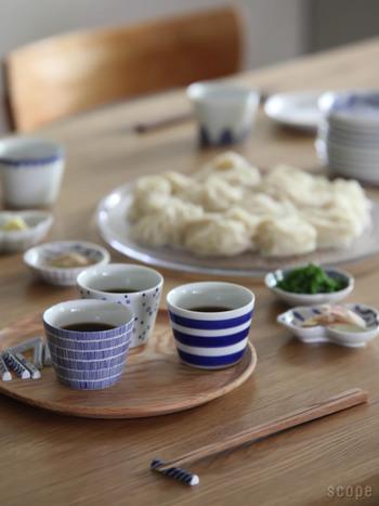 大きすぎず小さすぎない、丁度いいサイズの東屋の蕎麦猪口。「銅版転写」という日本古来の手法で作られた、真っ白の地に手仕事で描かれた藍色のラインがほっこりする優しさ。