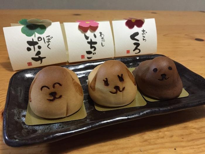 バターたっぷりの皮に黄身餡が入った和菓子です。シンプルな顔なのにとてもかわいい、犬のお菓子です。