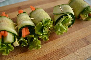 野菜はお肉やベーコンで巻かれることの多いアイテムですが、野菜で巻くこともできますよ。野菜の種類によって得意分野は分かれますが、巻いたり巻かれたりどちらにも使える万能素材です☆