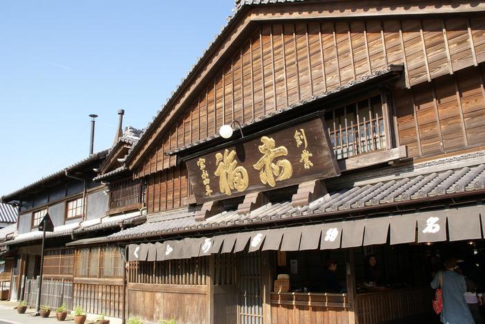 三重県の定番のお土産といえば、やっぱり赤福はかかせません。 創業宝永四年、伝統の味を今も守り続ける老舗の和菓子屋です。 古くからお伊勢参りに来る人に親しまれてきました。 今も地元の人や観光客に愛され、いつも多くの人でにぎわっています。
