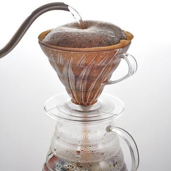 円錐型のドリッパーにお湯を入れると、お湯が中心に向かって流れていきます。そのため、コーヒーの粉に触れている時間が長くなるんです。