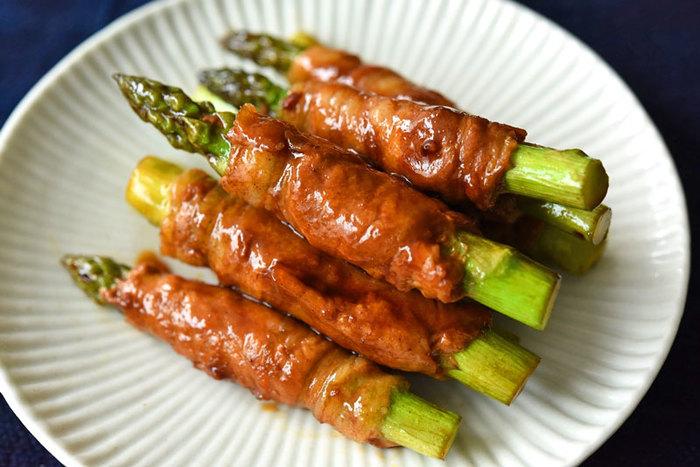まずは定番、アスパラの肉巻きです。こちらのレシピは、小ぶりで食べやすく見栄えの良さにも注目したところがポイント。とろりと絡まった調味料がとってもおいしそうですね☆