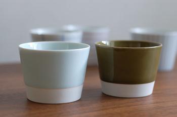 釉薬と素焼き部分の色バランスが絶妙。左側の透明感のある淡いブルーの蕎麦猪口は青磁釉、右の深みのある緑色は織部釉を使用。シンプルの中に上品な柔らかさが漂います。