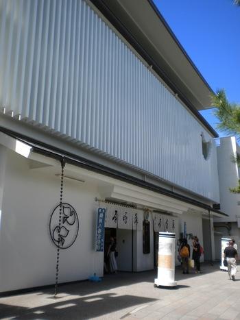 「豊島屋」さんの店舗。お店もすっきりと美しく、とても素敵です。