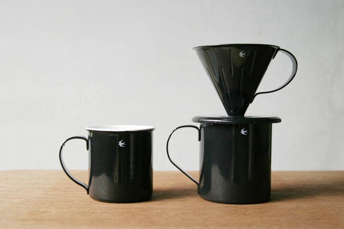 ベース面に覗き穴を設けて、マグカップに落ちるコーヒーの量を確認できるので、カップに直接抽出することができるのが嬉しい♪