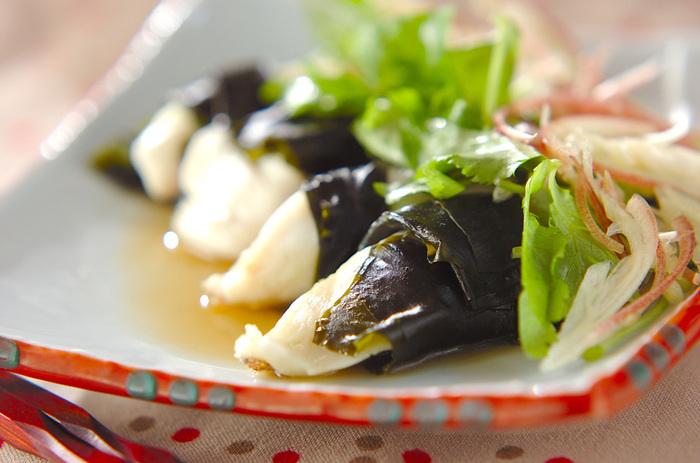 お肉だけでなくお魚にも注目してみましょう。こちらのレシピは、鯛にワカメを巻きつける、という斬新なアイディア☆電子レンジで調理できる簡単レシピです。