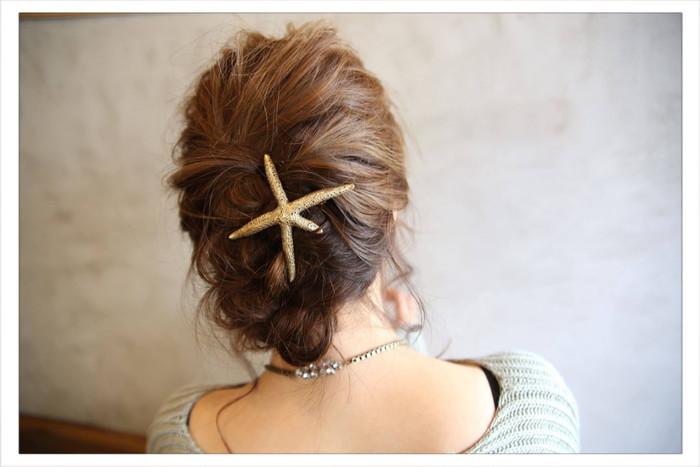 全体を大きく編み込んだあと内側に巻き、ピンで留めただけの簡単スタイル。 大きめのヘアアクセサリーも上品な雰囲気に♪