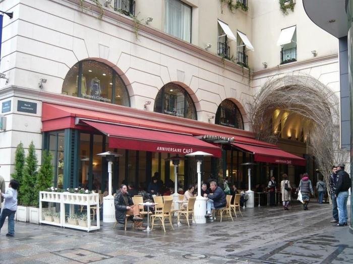 まるでパリのカフェに訪れたかのような、表参道駅からすぐのこちらのカフェ。わんちゃんと一緒におしゃれなスポットへ行きたくなったときにぴったりです。テラス席はわんちゃんも一緒に利用できるので、近隣の方がお散歩の途中によく寄っているようです。