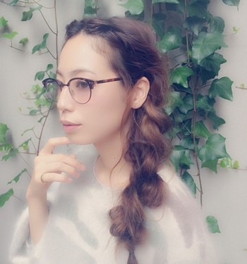 こちらもアンバランスに毛束をとり、ざっくりと編んだ三つ編みスタイル。前髪もすっきりとおでこを出して知的で大人なイメージに♪